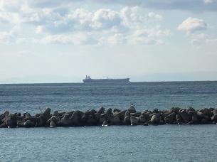 沖を通る貨物船眺め.jpg