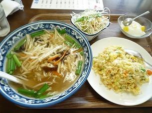野菜ラーメンとハーフ五目炒飯.jpg